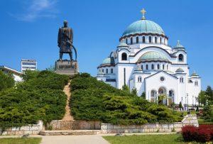 הכנסייה לזכרו של סאווה הקדוש ופסלו של ג'ורג' השחור המוצב לידה