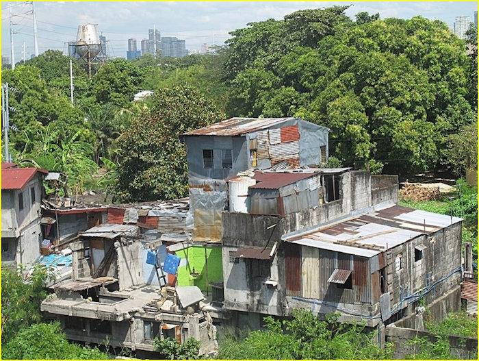 שכונות העוני של מנילה וברקע גורדי השחקים של העיר