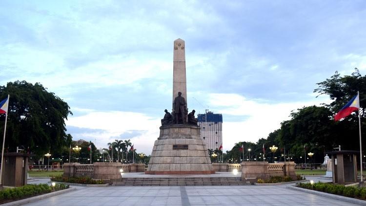 קברו של ריזאל והאנדרטה לזכרו, בכניסה לפארק