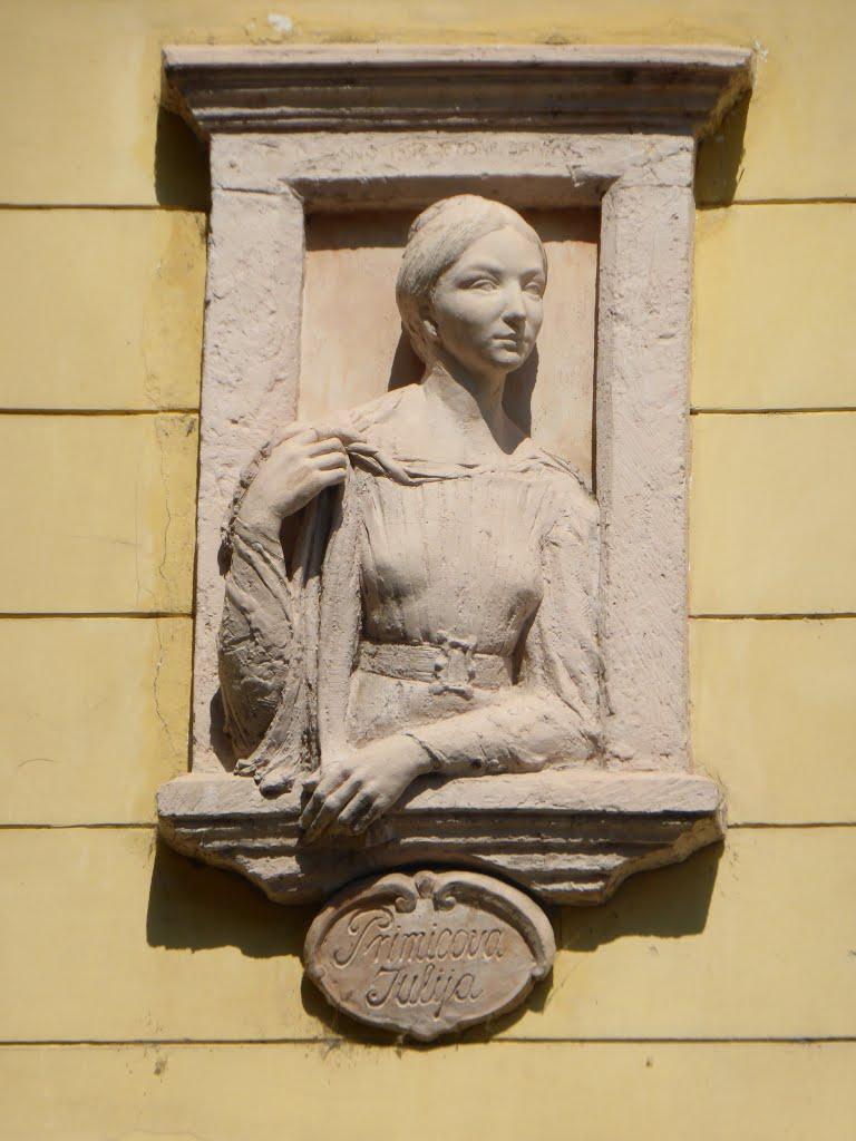 דמותה של יוליה בחלון: פרשרן עדיין מסתכל עליה