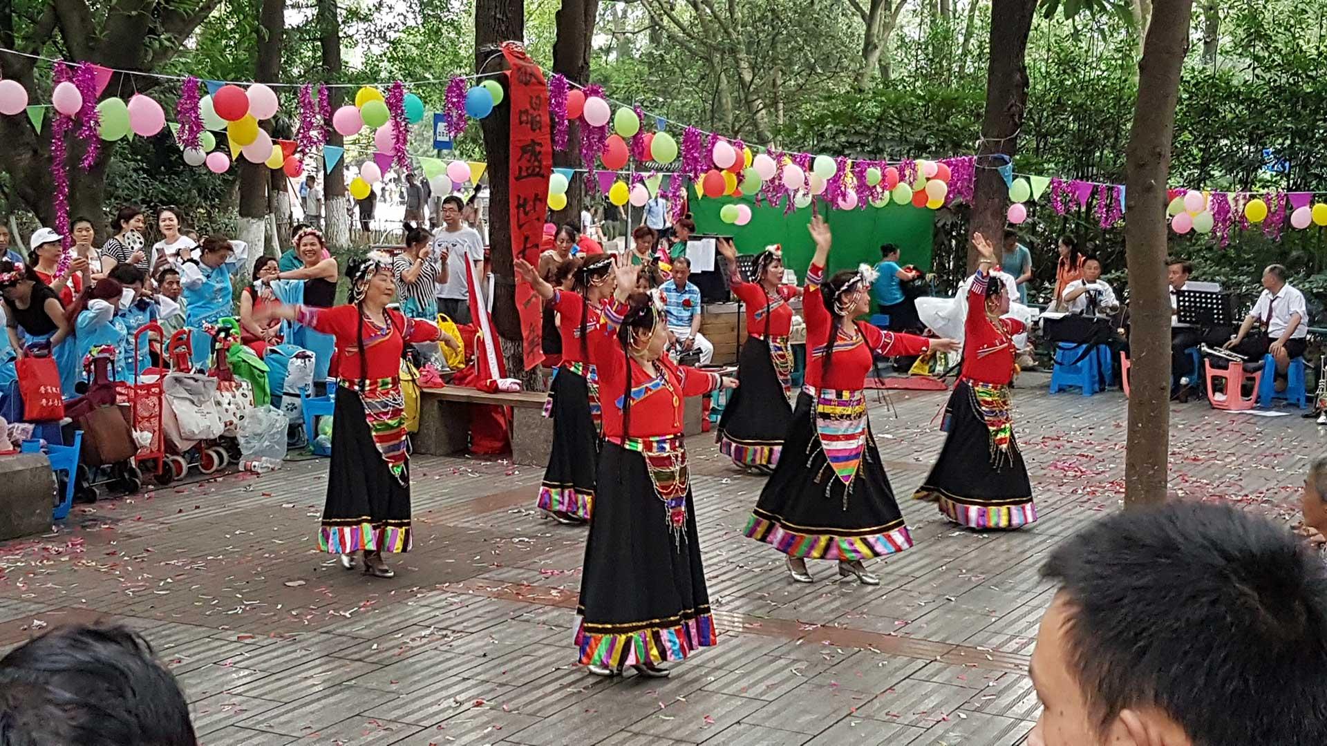 שידוכים, מוסיקה וריקודים בפארק העם בצ'נגדו - סצ'ואן