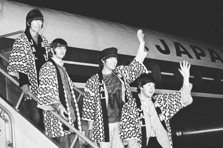 1966: הביטלס במזרח אסיה