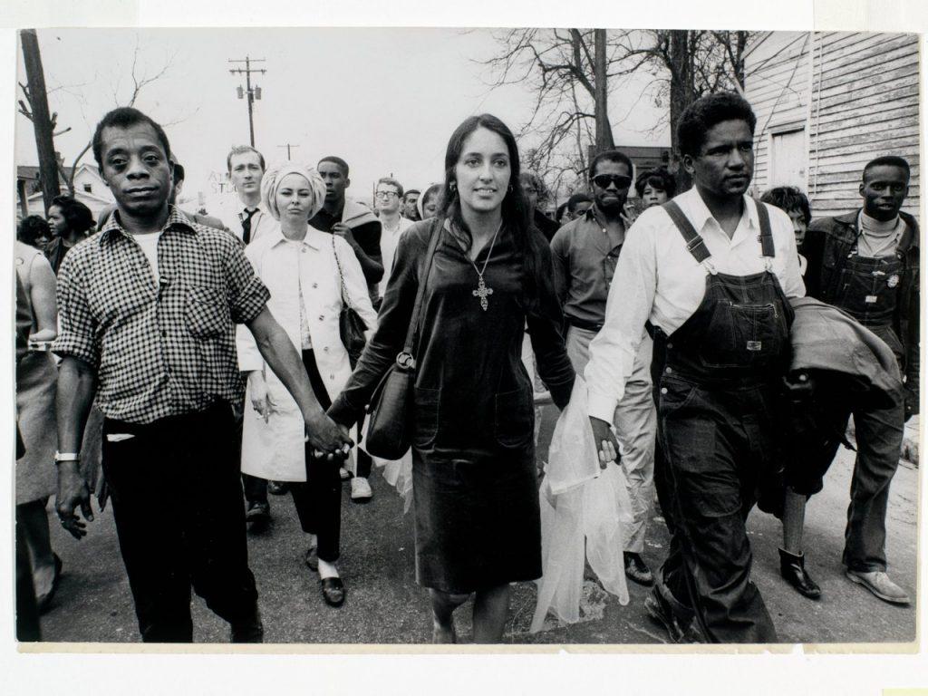 ג'ואן באאז צועדת מסלמה למונטגומרי. צילום: ג'יימס ברקר.