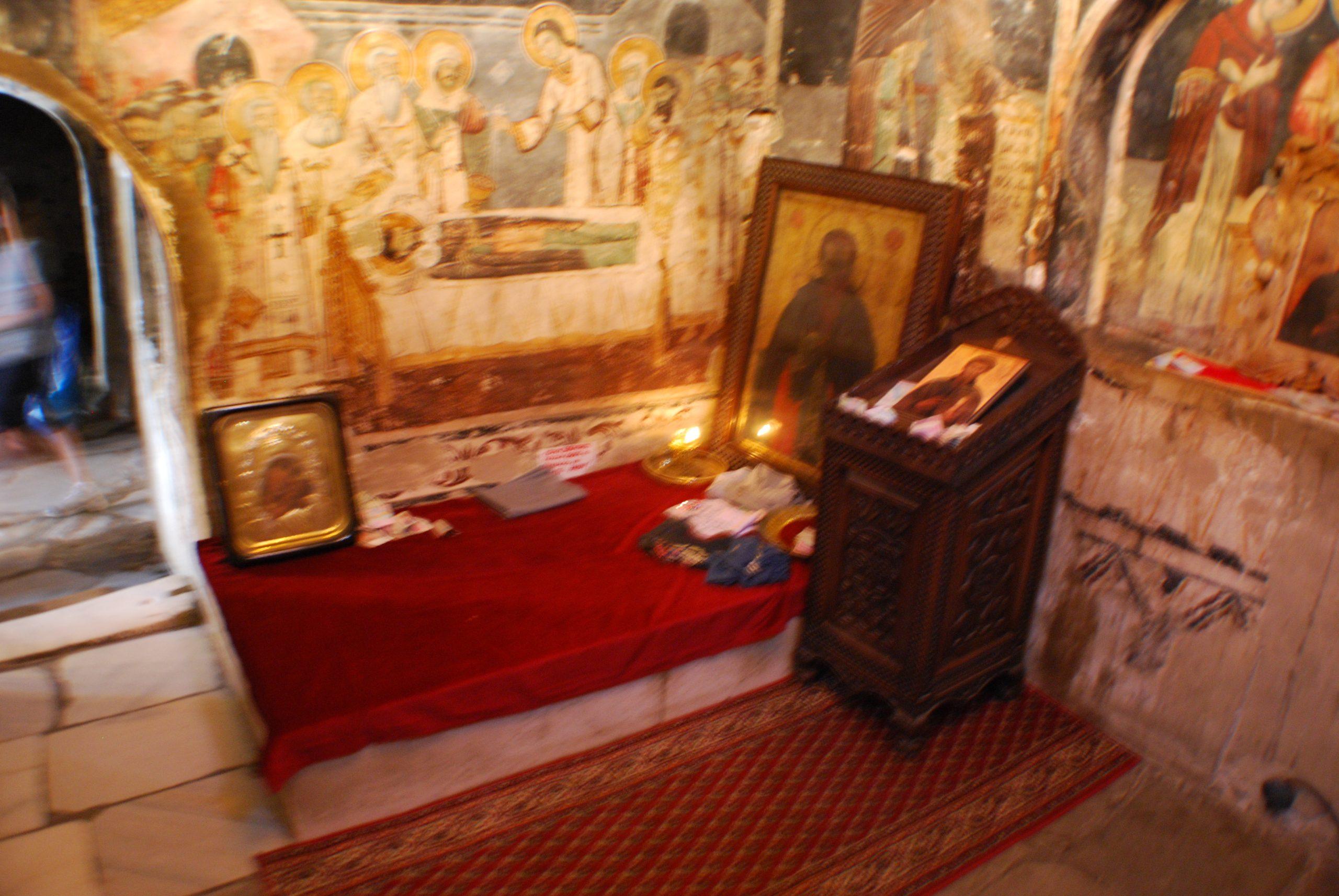קברו של נאום בכנסייה