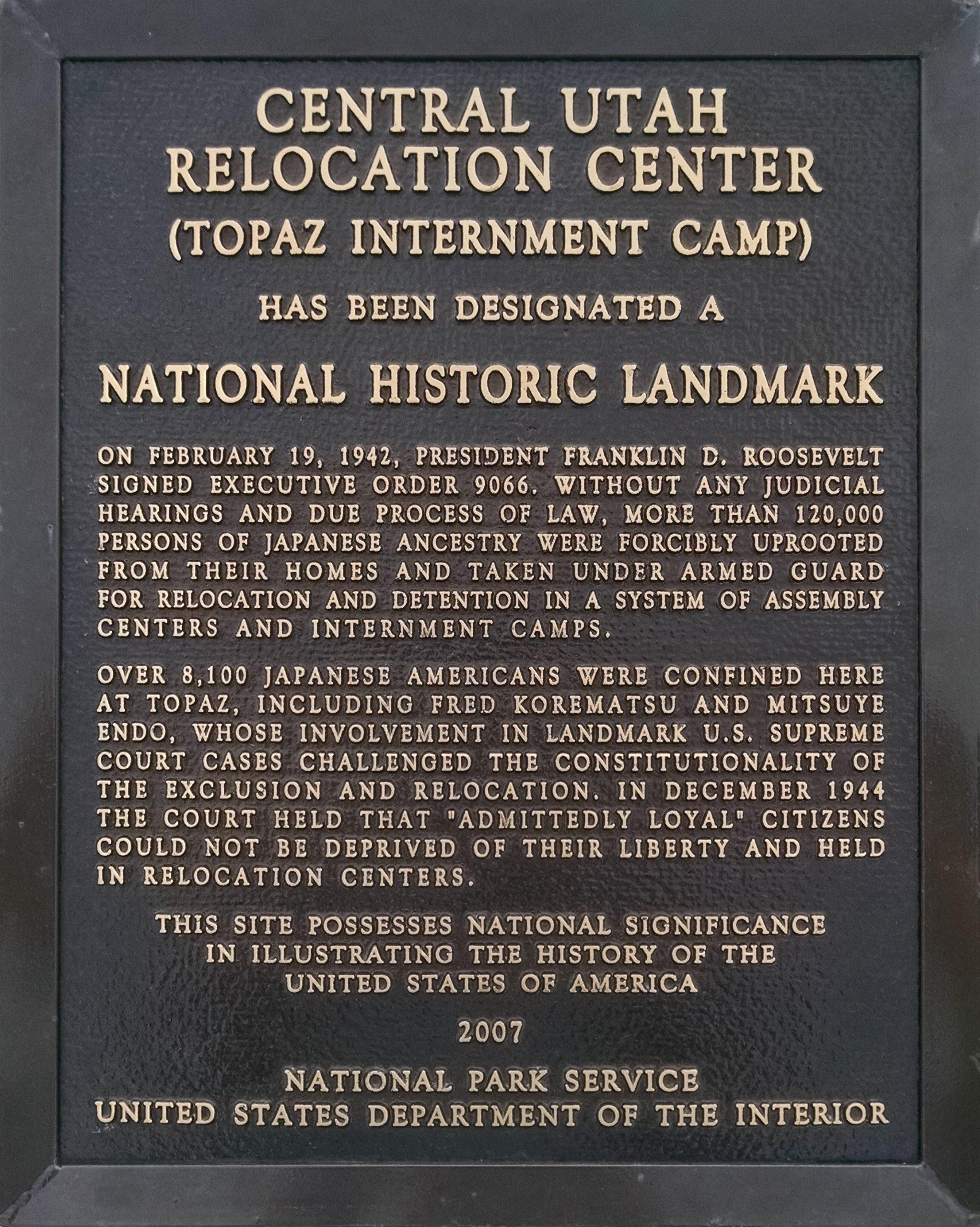 שלט הזיכרון ביוטה במקום בו עמד מחנה המעצר