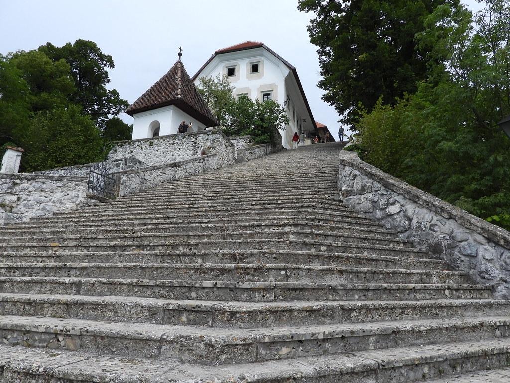 99 המדרגות המובילות אל הכנסייה