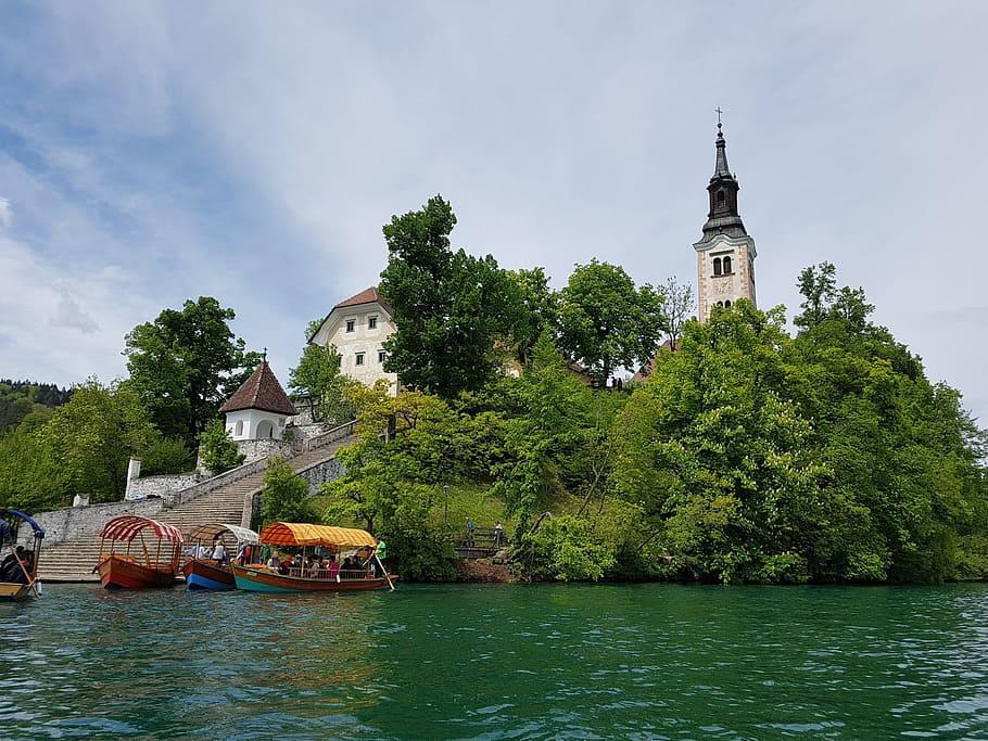 האי והכנסייה כפי שהם נראים מהאגם